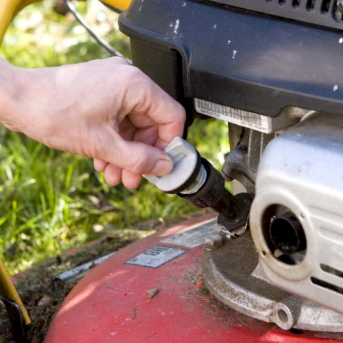 Gør græsslåmaskinen forårsklar